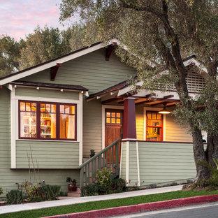 Diseño de fachada verde, de estilo americano, pequeña, de dos plantas, con revestimiento de aglomerado de cemento