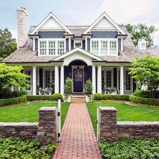 Foto della facciata di una casa unifamiliare grande marrone american style a due piani con rivestimenti misti, tetto a capanna e copertura a scandole