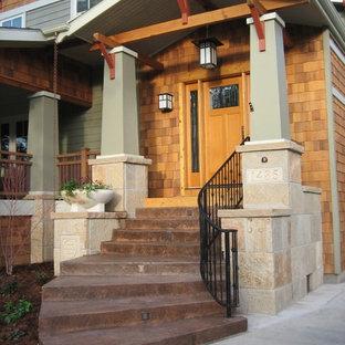 Ispirazione per la facciata di una casa american style con rivestimento in legno