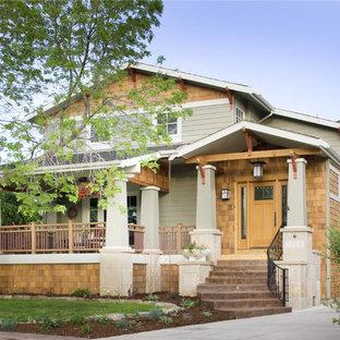 Esempio della facciata di una casa american style con rivestimento in legno