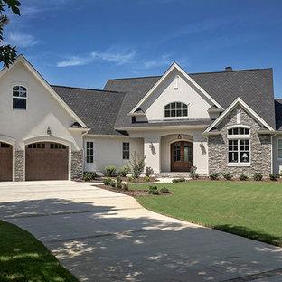 Esempio della facciata di una casa beige american style a un piano di medie dimensioni con rivestimenti misti