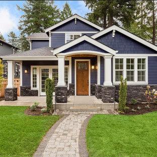 Modelo de fachada de casa azul, de estilo americano, de tamaño medio, de dos plantas, con revestimiento de piedra, tejado a dos aguas y tejado de teja de madera