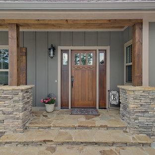 Inspiration pour une grande façade de maison grise craftsman à un étage avec un revêtement en panneau de béton fibré, un toit à deux pans et un toit en shingle.