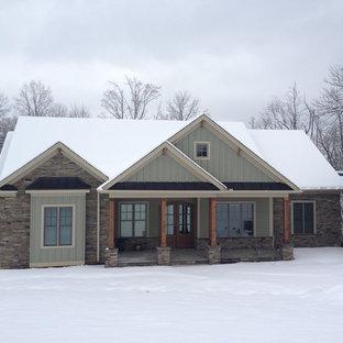 Imagen de fachada de casa azul, de estilo americano, de tamaño medio, de una planta, con revestimiento de piedra