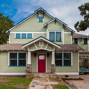 Diseño de fachada verde, de estilo americano, de tamaño medio, de dos plantas, con revestimientos combinados y tejado a dos aguas