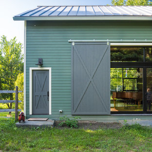 Immagine della facciata di una casa unifamiliare verde classica a due piani di medie dimensioni con rivestimento in legno, tetto a capanna e copertura a scandole
