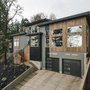 Exemple d'une grand façade de maison grise montagne à un étage avec un revêtement mixte, un toit mixte et un toit en appentis.