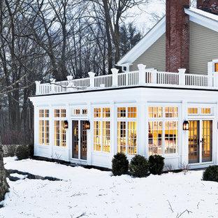 Foto della facciata di una casa classica a due piani con rivestimento in legno