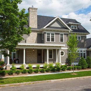 Idées déco pour une façade de maison grise classique à un étage avec un revêtement en panneau de béton fibré.