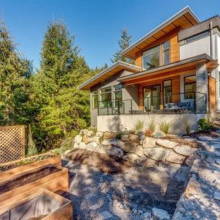 На фото: большой, двухэтажный, серый дом в стиле лофт с комбинированной облицовкой и плоской крышей