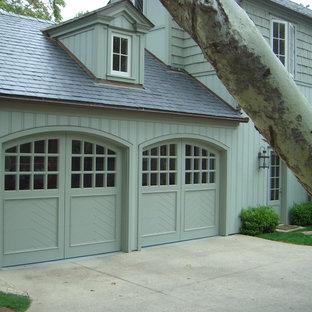 Modelo de fachada de casa verde, tradicional, grande, de dos plantas, con revestimiento de madera, tejado a dos aguas y tejado de teja de madera