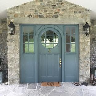 Ispirazione per la facciata di una casa grigia classica a due piani di medie dimensioni con rivestimento in pietra e tetto a capanna