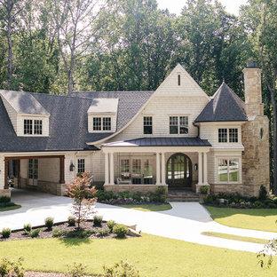 Inspiration för ett stort vintage beige hus, med två våningar, valmat tak och tak i shingel