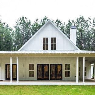Diseño de fachada de casa blanca, de estilo de casa de campo, de tamaño medio, de dos plantas, con revestimiento de vidrio, tejado a dos aguas y tejado de metal