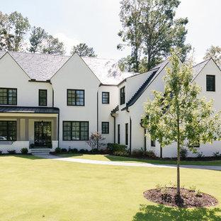 Источник вдохновения для домашнего уюта: трехэтажный, кирпичный, белый частный загородный дом среднего размера в стиле неоклассика (современная классика) с двускатной крышей и крышей из смешанных материалов