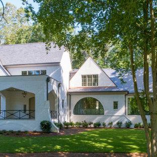 Geräumiges, Zweistöckiges, Weißes Klassisches Einfamilienhaus mit gestrichenen Ziegeln, Satteldach und Ziegeldach in Atlanta