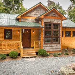 Пример оригинального дизайна: двухэтажный, деревянный, коричневый дом среднего размера, из бревен в стиле рустика для охотников