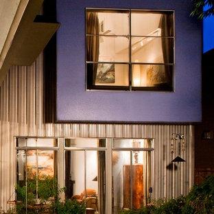 Diseño de fachada de casa azul, actual, de tamaño medio, de dos plantas, con revestimiento de metal, tejado a dos aguas y tejado de metal