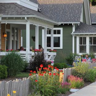 Inspiration för mellanstora amerikanska gröna hus, med två våningar