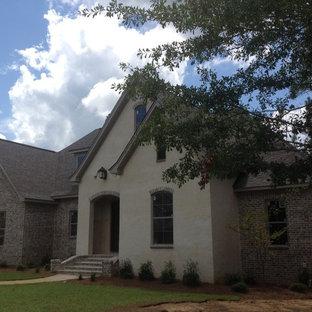 Idee per la facciata di una casa grande bianca american style a due piani con rivestimenti misti e tetto a capanna