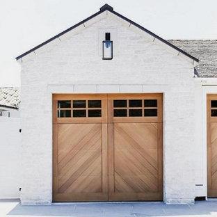 Ejemplo de fachada de casa blanca, campestre, grande, de una planta, con revestimiento de ladrillo, tejado a dos aguas y tejado de teja de madera