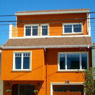 Foto på ett mellanstort vintage oranget hus, med tre eller fler plan och stuckatur