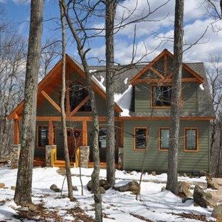 Inspiration för mellanstora rustika gröna hus, med två våningar, sadeltak och tak i shingel