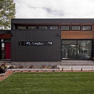 Foto della facciata di una casa moderna a due piani di medie dimensioni con rivestimenti misti e tetto piano