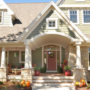 На фото: зеленый дом в классическом стиле с