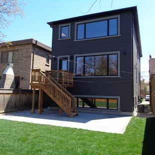 Modelo de fachada de casa pareada industrial, pequeña, a niveles, con tejado a dos aguas y tejado de metal
