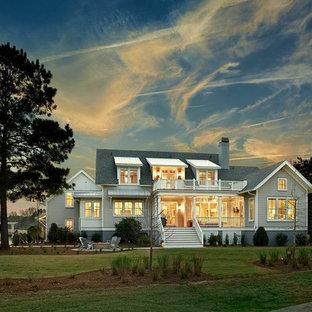 チャールストンのトラディショナルスタイルのおしゃれな家の外観 (コンクリート繊維板サイディング、グレーの外壁、混合材屋根) の写真