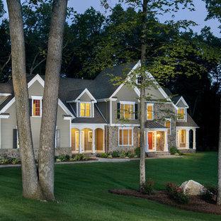 Ispirazione per la facciata di una casa unifamiliare grande classica a due piani con tetto a capanna, rivestimento con lastre in cemento e copertura mista
