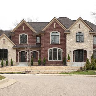 Idee per la facciata di una casa unifamiliare rossa classica a due piani di medie dimensioni con rivestimento in mattoni, tetto a padiglione e copertura a scandole
