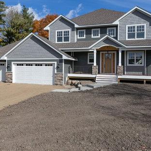 Idée de décoration pour une grand façade en bois grise craftsman à un étage avec un toit à deux pans.