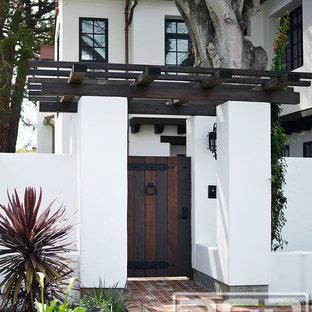 Пример оригинального дизайна: большой, двухэтажный, белый дом в стиле фьюжн с облицовкой из цементной штукатурки