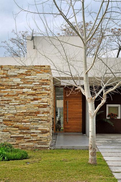 Modern Exterior by Vanguarda Architects