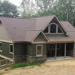 Идея дизайна: большой, двухэтажный, зеленый частный загородный дом в стиле рустика с комбинированной облицовкой, двускатной крышей и крышей из гибкой черепицы