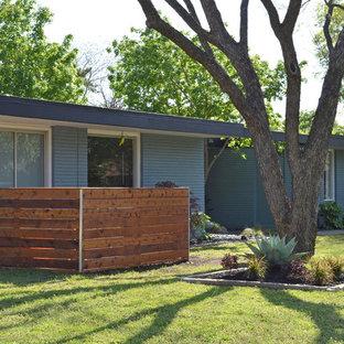 Inspiration pour une petite façade de maison bleue vintage de plain-pied.