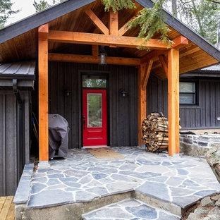 Imagen de fachada de casa gris, romántica, de tamaño medio, a niveles, con revestimiento de madera, tejado a dos aguas y tejado de metal
