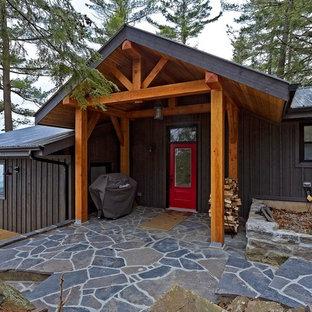 Modelo de fachada de casa gris, romántica, de tamaño medio, a niveles, con revestimiento de madera, tejado a dos aguas y tejado de metal