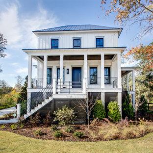 Cette photo montre une façade de maison blanche chic de taille moyenne et à un étage.