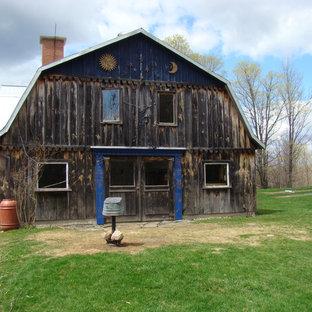 Imagen de fachada campestre con revestimiento de madera