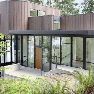 Immagine della facciata di una casa grigia moderna a due piani di medie dimensioni con rivestimento in legno