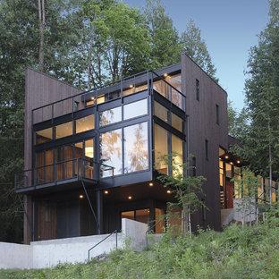 Ispirazione per la facciata di una casa marrone moderna a tre piani di medie dimensioni con rivestimento in legno