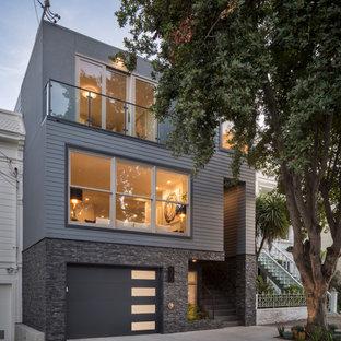 サンフランシスコのコンテンポラリースタイルのおしゃれな家の外観 (木材サイディング、グレーの外壁、下見板張り) の写真