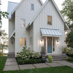 Пример оригинального дизайна: белый дом в стиле современная классика с двускатной крышей