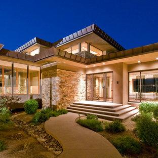Bild på ett stort funkis beige hus, med allt i ett plan, blandad fasad och platt tak