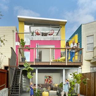 Стильный дизайн: трехэтажный, розовый частный загородный дом среднего размера в современном стиле с облицовкой из цементной штукатурки, плоской крышей и металлической крышей - последний тренд