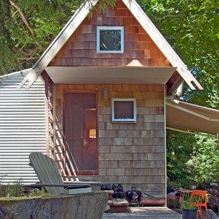 Идея дизайна: маленький, одноэтажный, деревянный мини дом в стиле рустика с двускатной крышей для охотников