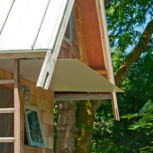 Foto de fachada rústica, pequeña, a niveles, con revestimiento de madera